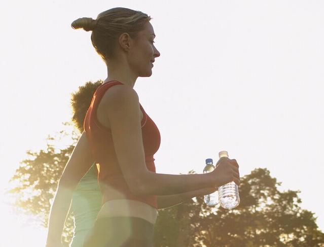 Zwei Frauen joggen durch Park