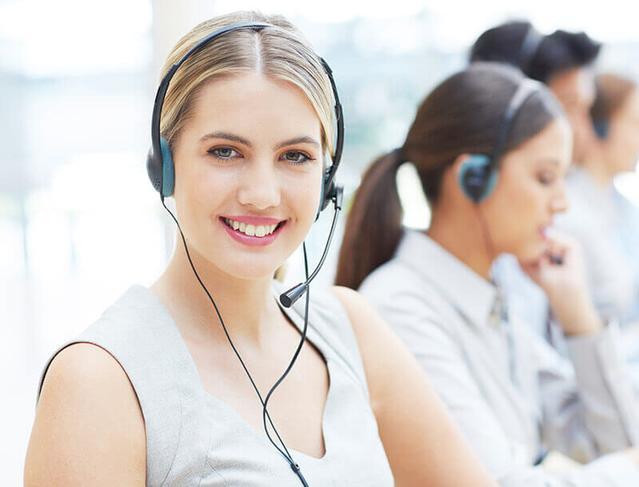 Frau in Beratung am Telefon